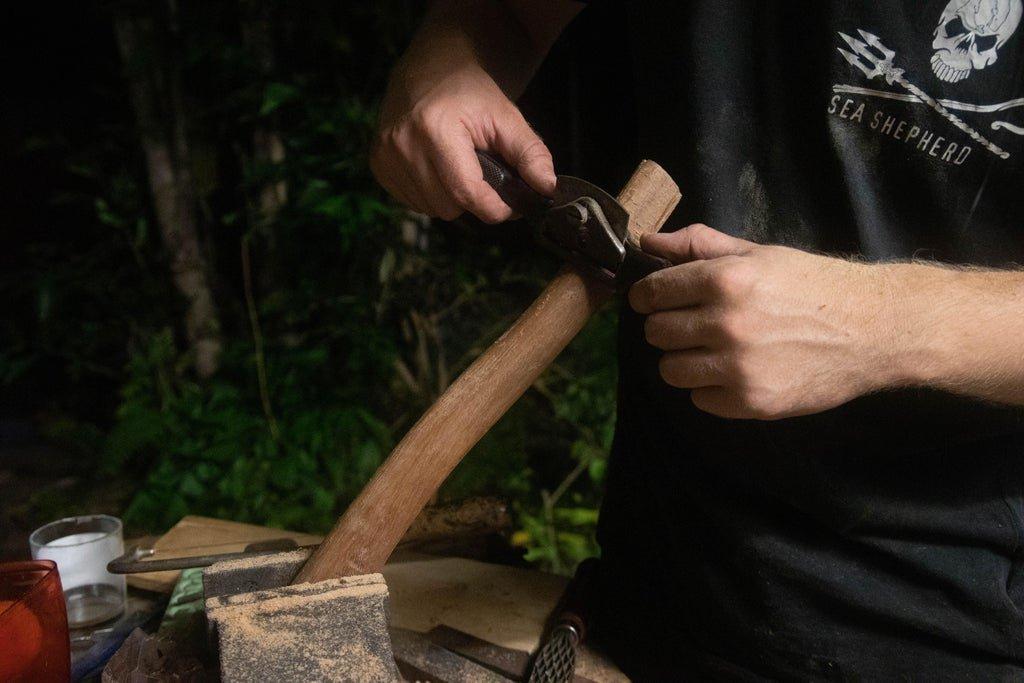Как насадить топор на топорище? правильная насадка колуна своими руками. какой стороной его нужно насаживать?
