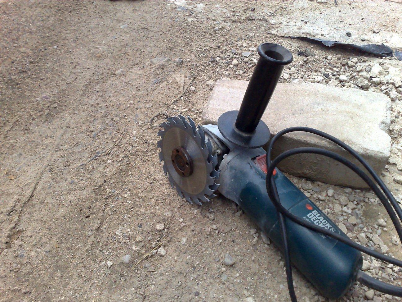 Как проштробить газобетонную стену под проводку используя ручной штроборез