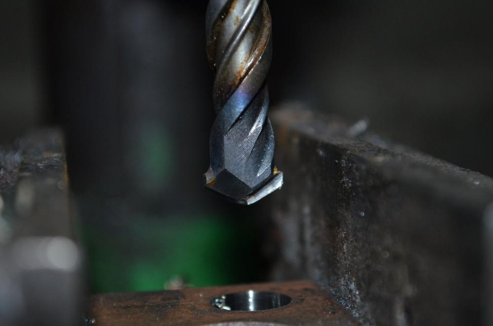 Простой способ просверлить квадратное отверстие в металле