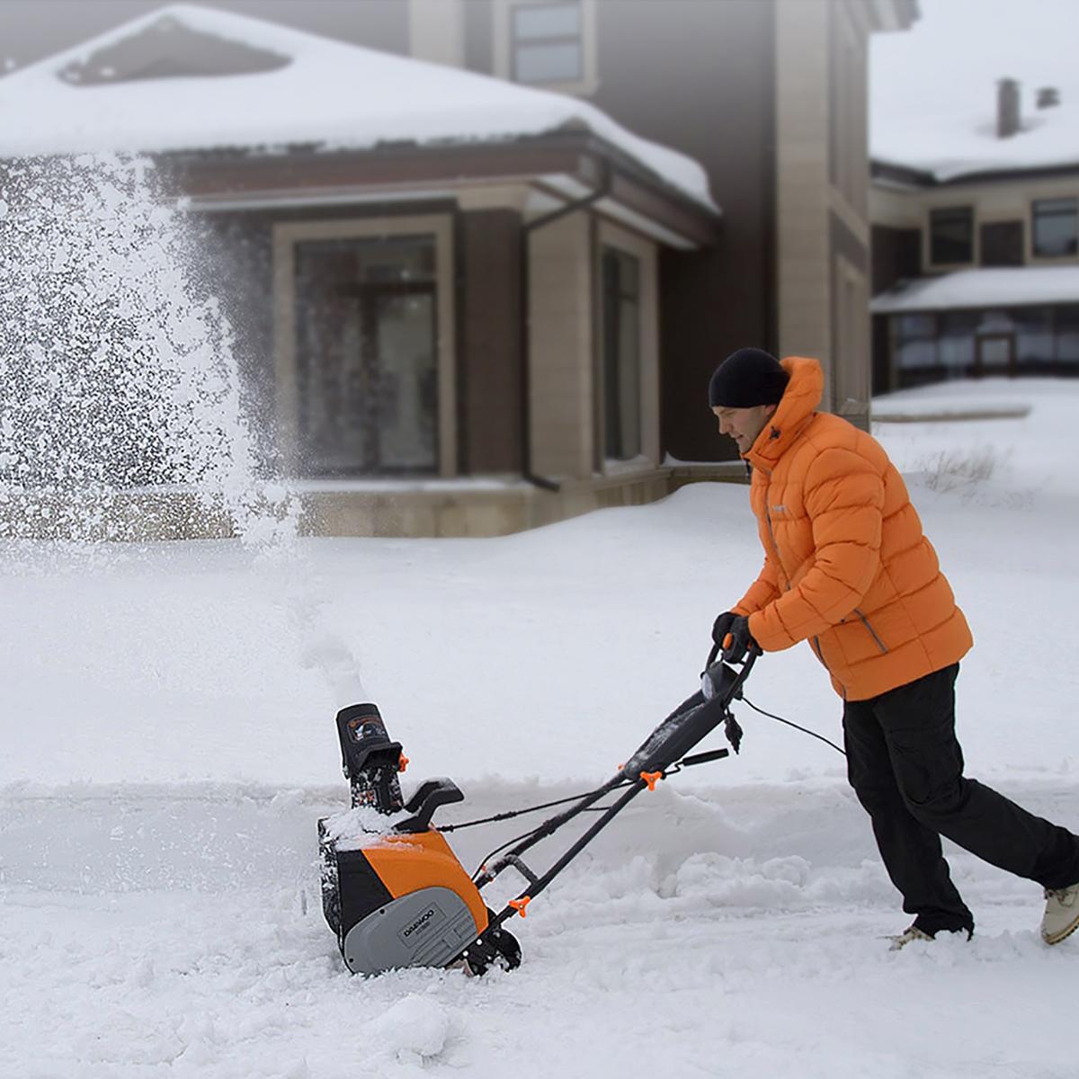 Снегоуборочный аппарат для дачи или дома: как выбрать лучший, рейтинг популярных моделей - электрических и бензиновых, самоходных и ручных, их плюсы и минусы