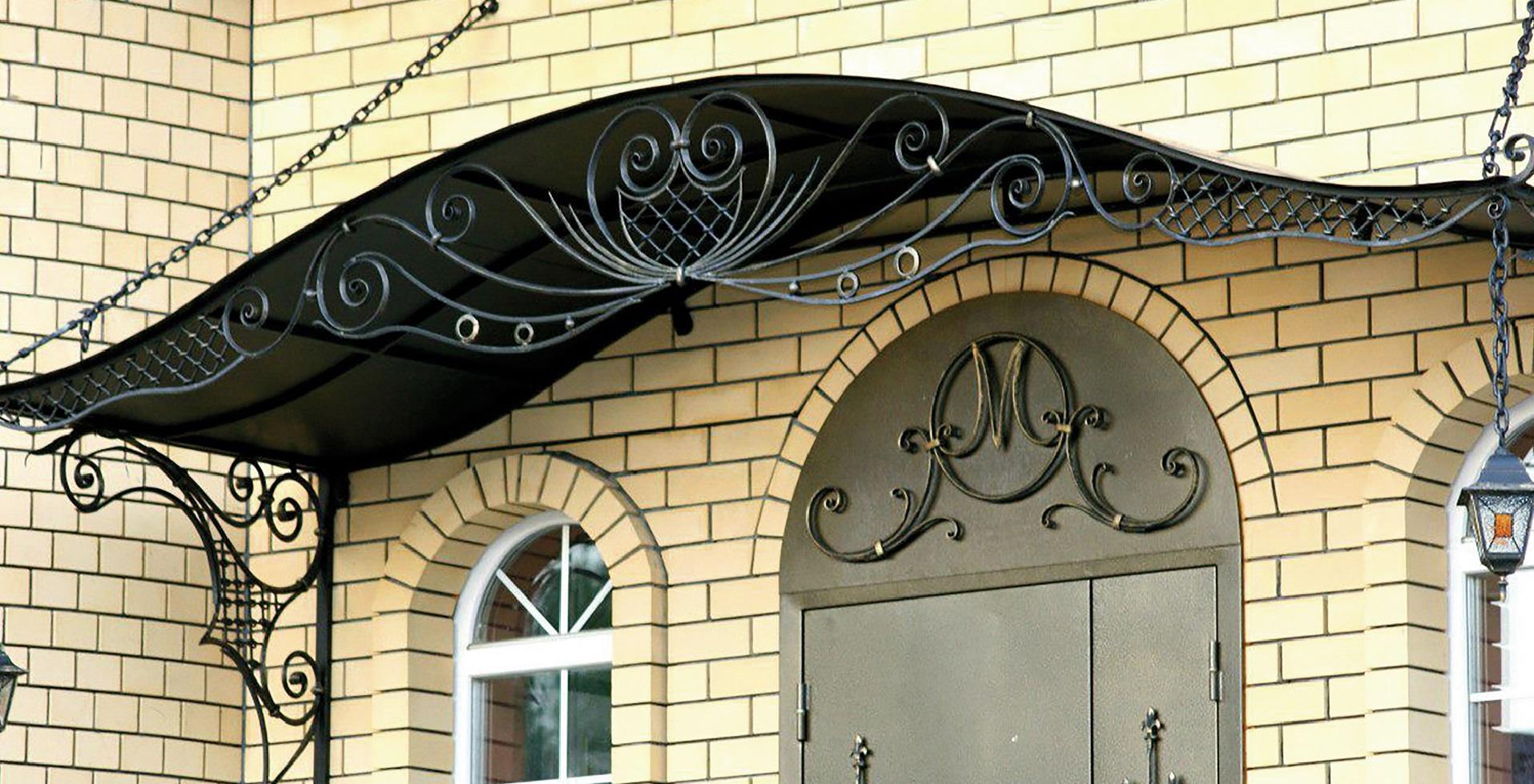 Использование кованых козырьков и навесов для беседок, парковок, крылечек, фото обзор красивых кованных навесов, а также роль изделий из металла в архитектуре