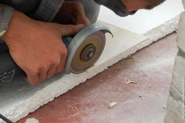 Как резать плитку ручным плиткорезом или болгаркой: ровно и без сколов - строительство и ремонт
