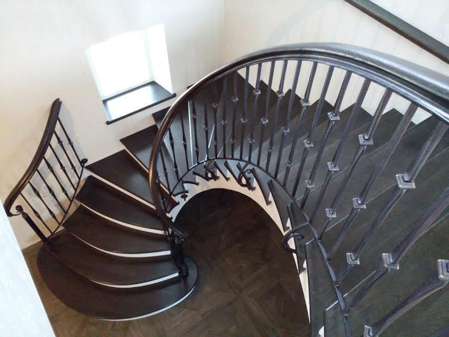 Кованые лестницы (фото): в доме и на улице, винтовые и маршевые, с деревом и мрамором, белые и черные, на второй этаж и крыльцо, эксклюзивные и готовые изделия