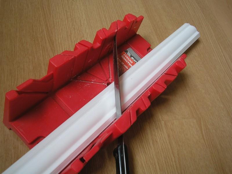 Стусло для плинтусов: как пользоваться? как резать потолочный плинтус в углах? как вырезать внутренний угол с его помощью?